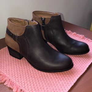 Excellent Condition - Clark's Maypearl Lilac Boots